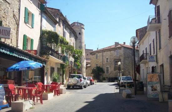 Place du village de Lézan