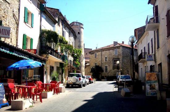 Place du chateau à Lézan