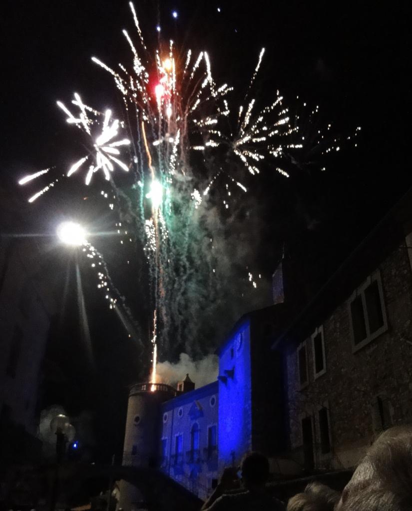 feux  d'artifice 2012 sur la place du chateau à Lézan