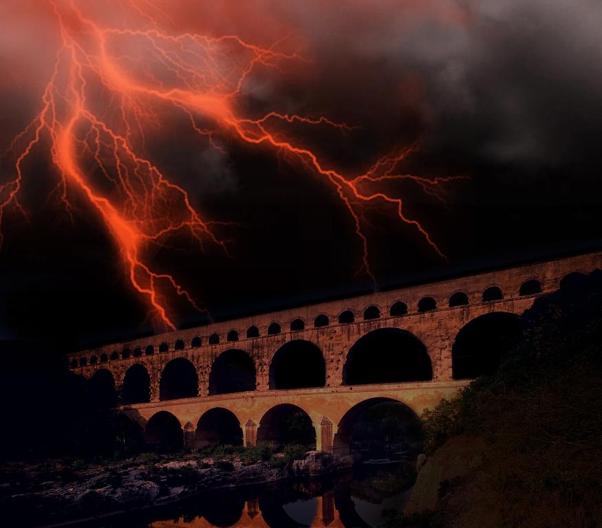 Le pont du Gard un soir d'orage