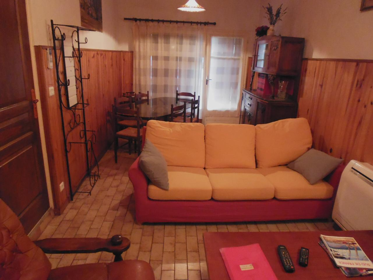 Salon, salle à manger du gîte le romarin Lezan Gard